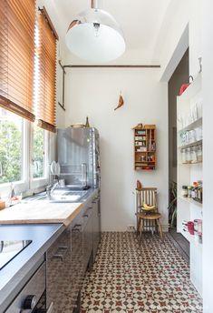 Cozinha estreita com piso de ladrilhos hidráulicos, persiana de madeira, organizador na parede e prateleiras com utensílios. Cozy House, Decoration, Sweet Home, Architecture, House Styles, Table, Furniture, Urban Life, Design