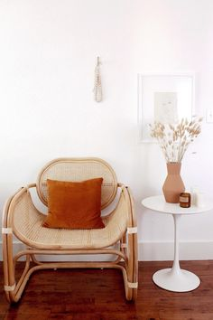 ezz wilson's 100 year old home rattan chair with rust orange throw pillow with white tulip side table and terracotta cermic vase Cozy Living Rooms, Living Room Furniture, Living Room Decor, Living Spaces, Home Interior, Interior Design, Salons Cosy, Turbulence Deco, Terracota
