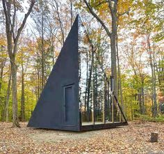 Inspired by the classic A-frame cabin design, architecture firm Bjarke Ingels Group (BIG) has created their first tiny home with Klein, a prefab-housing startup in New York. Sited in Hudson Valley, the sleek black cabin is known as A Frame Cabin, A Frame House, Big Design, Tiny House Design, Design Ideas, Bjarke Ingels Architecture, Tyni House, Casa Patio, Cabin In The Woods