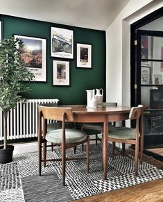 Kitchen Furnishings In Gold: Even today, there is no material that stands for glamor and wealth more than gold. Let a touch of luxury in your kitchen. Dark Green Living Room, Green Dining Room, Accent Walls In Living Room, Dining Room Walls, Dining Room Design, Home Living Room, Living Room Decor Green, Green Living Tips, Green Home Decor
