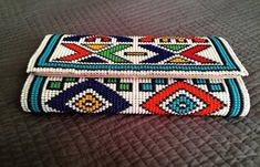 Gorgeous bohemian clutch bag beaded in stunning Zulu beads. Beaded Clutch, Beaded Purses, Beaded Bags, Beaded Jewelry Patterns, Beading Patterns, Beaded Embroidery, Hand Embroidery, Mode Jeans, Native Beadwork