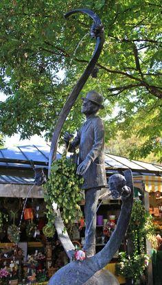 1953 wurde auf dem Viktualienmarkt der Karl Valentin Brunnen errichtet.  Das Material für die Bronzefigur stammt aus dem im Zweiten Weltkrieg zerschossenen Bauch eines bayrischen Bronzelöwen, der das Siegestor geschmückt hatte.  Karl Valentin balanciert als dürre Figur auf einer Weltkugel.  Sie ist innerhalb eines umgedrehten Fragezeichens dargestellt.  Über dem rechten Arm trägt er einen geschlossenen Regenschirm und schaut, als denke er über die Fragwürdigkeit der Welt