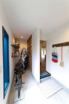 玄関の土間には、自転車やアウトドアグッズを置いておけるスペースも確保。