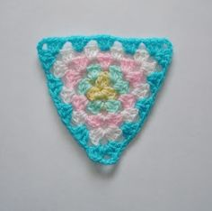 marianna's lazy daisy days - granny triangle - http://mariannaslazydaisydays.blogspot.co.uk/2013/07/granny-triangle.html