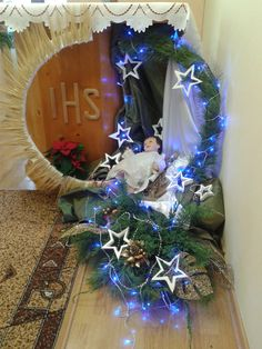 Queen of Heaven Christmas Nativity Scene, Diy Christmas Tree, Simple Christmas, Christmas Wreaths, Christmas Decorations, Holiday Decor, Church Flower Arrangements, Church Flowers, Church Altar Decorations