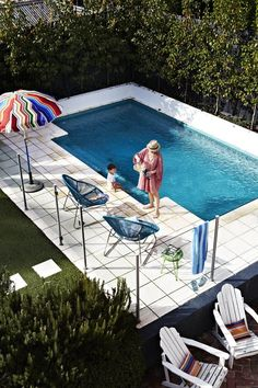 Pool, chair and umbrealla envy via The Design Files (Julia Green - Stylist) Small Inground Pool, Small Backyard Pools, Small Pools, Backyard Pavers, Backyard Kitchen, Backyard Pool Designs, Swimming Pool Designs, Pool Landscaping, Backyard Ideas