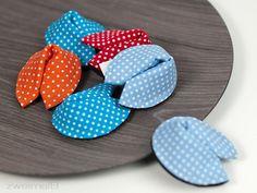 :: zweimalB :: DIY Anleitung für Glückskekse aus Stoff - in verschieden farbigen Pünktchen-Stoffen hübsch anzusehen