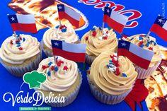 Para las fiestas patrias! Estos cupcakes de vainilla rellenos con ganache de chocolate y buttercream de frambuesas frescas... Y cupcakes de manjar rellenos con puré de lucuma y buttercream de manjar... Simplemente deliciosos!
