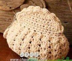 Tecendo Artes em Crochet: Bolsinha Muito Fofa em Andamento! free charts for this cute purse;