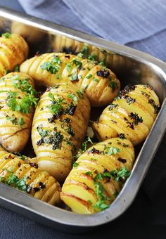 Hasselbackpoteter med urter Veggie Recipes, Great Recipes, Dinner Recipes, Vegan Runner, Vegan Gains, Norwegian Food, Easy Food To Make, I Foods, Tapas