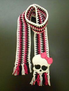 CACHECOL MONSTER HIGH: em crochê com lã 100% acrílica.  Nas opções listrado ou liso (totalmente pink ou branco, por exemplo).  Aplique com motivo de Monster High em feltro.  Comprimento: 120 cm. R$ 55,00.