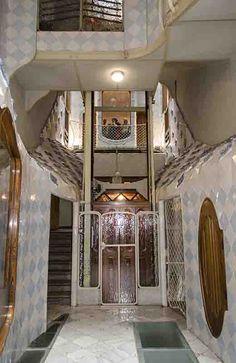 Casa Batlló. Ascensor de vecinos. En la parte central del patio de luces instala el ascensor, diseñado por el, cuya hermosa cabina original de madera continúa en funcionamiento.