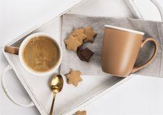 Spokój, harmonia, barwa ziemi– takie są kubki Bronzyt. Brązowa, ciepła kolorystyka, matowa powierzchnia, wywinięte obrzeże oraz kontrastujący biały środek czyni je wyjątkowymi. Estetyczne kubki na kawę mogą same w sobie stanowić również niebanalną ozdobę Twojego wnętrza. #kubek #porcelana #matowapowierzchnia #czasnakawę Tableware, Dinnerware, Tablewares, Dishes, Place Settings