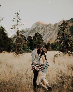 Engagement photo idea - engagement shoot with moutain backdrop | fabmood.com #engagementphoto #engaged #engagement #ido #couple
