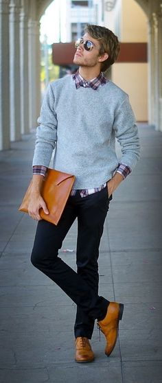 Grauer Pullover mit Rundhalsausschnitt, Weißes und rotes und dunkelblaues Langarmhemd mit Schottenmuster, Dunkelblaue Chinohose, Beige Leder Oxford Schuhe für Herren