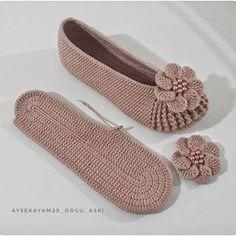 Crochet Shorts Pattern, Crochet Shoes, Crochet Patterns, Knitted Slippers, Crochet For Beginners, Crochet Crafts, Patterned Shorts, Free Pattern, Baby Shoes