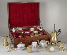 Nécessaire de Marie Leczinska, 1729-1730. Offert par le roi à la reine à l'occasion de la naissance du Dauphin.Composé d'une chocolatière, d'un moussoir, d'une grande cuillère à chocolat, d'un moulin, de boîtes, d'une passoire, d'un entonnoir, d'une sonnette, d'un pot à crème, d'une pince à sucre, de cuillères à café, d'un bougeoir, d'un sucrier, d'une théière, de gobelets, de tasses et soucoupes.