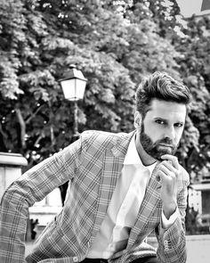"Editoriale ""SULLE ORME DI HEMINGWAY A PARIGI"" Model actor : Oscar Putrino http://oscarputrino.com/ Photographer: Andy Marx http://andymarx.com/photography/ Outfits: jacket and pants : Manuel Ritz / shoes: Cesare Paciotti Hair style: Sébastien Cox from Space Hair Paris E' un editoriale creativo perché artistico e poetico al tempo stesso, realizzato da Andy Marx, originale artista e fotografo …"
