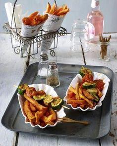 Das Rezept für Süßkartoffel-Pommes mit Veggi-Currywurst-Spieß und weitere kostenlose Rezepte auf LECKER.de