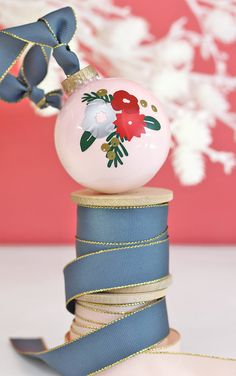 Make a DIY Winter Floral Ornament for your Christmas tree using vinyl and your Silhouette. It& easy to customize your colors and design. Christmas Craft Fair, Christmas Favors, Christmas Baubles, Handmade Christmas, Holiday Crafts, Christmas Decorations, Christmas Tree, Xmas, White Christmas