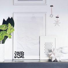Auf der Suche nach Tageslicht ...... Und wieder ist ein Hauch mehr Weihnachten eingezogen ...... Neuestes Lieblingsstück neben meinen DIY-Sternen ist dieses grandios minimalistische Poster von @studio_nahili via @etsyde ...... . Some of my #favoritethings: Loads of white my DIY stars for Christmas fresh flowers and again loads of prints posters postcards and pictures. #instagraminteriorchallenge @kitschcanmakeyourich ...... . #etsymoment #DifferenceMakesUs #homedecor #living #livingroom…