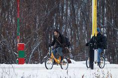 <p>SKAL TESTES TØFFERE: En kvinne og en mann på sykkel passerer den norsk-russiske grensen på Storskog i Finnmark. Nå vil regjeringen gjøre nåløyet trangere for permanent opphold i Norge.</p>