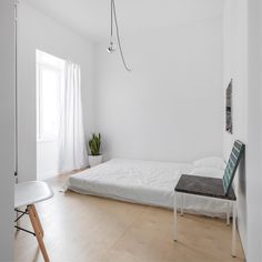Small, minimal bedroom with floor bed. Marble elements, plant and wooden floor brings a vibe of nature to this mostly white space. In the project Graça Apartment in Lisbon designed by Fala Atelier. Photographed by Últimas reportagens. Minimalist Apartment, Minimalist Room, Minimalist Home Decor, Minimalist Interior, Minimal Apartment Decor, Minimalist Architecture, Modern Minimalist, Bedroom Apartment, Home Bedroom