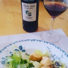 "17 Me gusta, 0 comentarios - SPANISH SHOP ONLINE (@spanishoponline) en Instagram: ""Blue cheese and pear salad for lunch paired with #lustau vintage series #sherry #wine Salad…"" Sherry Wine, Pear Salad, Spanish Wine, Blue Cheese, French Vintage, Red Wine, Alcoholic Drinks, Porcelain, Lunch"