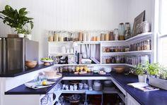 Kuchnia z otwartymi półkami.