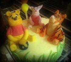 Mini-torta tema Winnie the Pooh, rivestita in pasta di zucchero, con decorazione in pasta per modelling