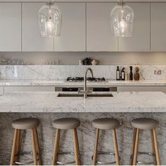 Mobiliário de design imprime aconchego a Cozinha Gourmet que exibe requinte e toque contemporâneo total WHITE.  Regram @lavisdecor  #architecture #archdecor #arquiteto #arquitetura #archdesign #lightdesign #idea #instabest #interiors #iluminação #inspiração #instadesign #interiordesign #instadecor #interiores #interiordesign #moderndecor #mobiliário #modernstyle #furnituredesign #projetados #allwhite #kitchen #cocina #cucina #referência #marble #design #designer #decor