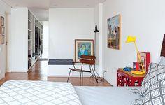A união de dois quartos deu origem ao amplo cômodo que ganhou closet desenhado pelo escritório de arquitetura AMZ Arquitetos e executado pela Marcenaria Woodtech