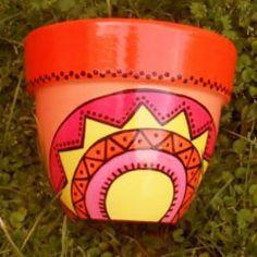 Pintura poteras Clay Flower Pots, Flower Pot Crafts, Clay Pot Crafts, Painted Clay Pots, Painted Flower Pots, Hand Painted, Mandala Pattern, Terracotta Pots, Clay Projects