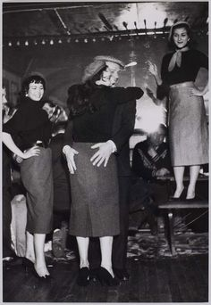 Fêtes et spectacles à Paris. Rue de Lappe. Eddie Constantine dansant avec une jeune femme. Paris (XIème arr.), 1956. Photographie de Jean Marquis (né en 1926). Bibliothèque historique de la Ville de Paris.