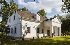 Az elegáns kúria Budapesttől 1 órányi autóútra, Szegedtől mindössze 15km-re egy 30 hektáros birtokon található rétekkel és erdőkkel ... Provence, Cabins, Palace, Farmhouse, Houses, Exterior, House Design, Traditional, Mansions
