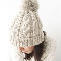 Learn how to Make this Knitted Wool Beanie with Fur Pom Pom. FREE Step by Step Pattern & Tutorial. Amaze yourself about how easy it is! Beanie Knitting Patterns Free, Beanie Pattern Free, Baby Hats Knitting, Free Knitting, Knitted Hats, Crochet Hats, Free Pattern, Knitting Wool, Cable Knit Hat