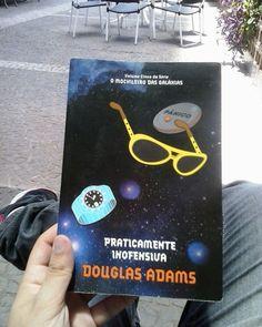 """allantnunes: Mas..... E os..... Como fica a história dos..... E quanto aos.....??????????????? Muitas perguntas restaram depois de terminar o quinto e ultimo livro da série """"Guia do Mochileiro das Galáxias"""" de #douglasadams  #book #livro #bookshelf #guia #guiadomochileirodasgalaxias #brazil #saopaulo #sp"""
