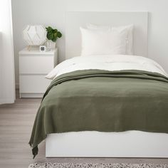 IKEA - ODDRUN, Throw, dark green, Cotton is a soft and easy-care natural material that you can machine wash. Cama Ikea, Green Bedding, Bedroom Green, Green Blanket, Bon Film, Queen Duvet, Minimalist Bedroom, Home Decor Inspiration, Colors