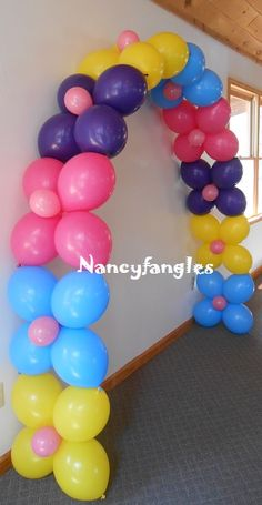 Create a truly original decoration for your party using double-pointed balloons to make a bow without using any … Trolls Birthday Party, Diy Birthday, Birthday Party Decorations, Birthday Parties, Troll Party, Balloon Columns, Balloon Arch, Ballon Arrangement, Deco Ballon