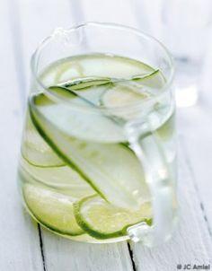 Agua fresca concombre et citron vert Flavored Water Recipes, Cucumber Recipes, Fun Drinks, Healthy Drinks, Smoothie Drinks, Smoothies, Ice Cube Recipe, Cucumber Detox Water, Key Lime