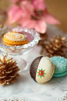 Chocolate caramel macaron decorated for Christmas, snowflake macaron in teal, and peach tea macaron in orange. Lovely!! (This is a blog by a Japanese mom, and even with Google Translate it was nearly impossible to understand. The pictures and ideas are wonderful though, worth a look.) @Donna Kellner