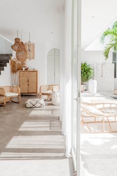 Bali Style Home, La Croix Valmer, Showroom Interior Design, Balinese Decor, Hawaii Homes, Home Living Room, Living Spaces, Inspired Homes, Villa