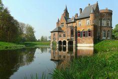 Château de Wisserkerke, Bazel, Belgique. L'origine du château remonte au X ème siècle où, avec les forteresses de Rupelmonde et de Temse, il assure la défense de l'Escaut. Il subit au cours des siècles de nombreuses destructions et modifications. Son allure de résidence néogothique actuelle est dûe à l'architecte anglais F. Verly. Le parc est connu pour son pont suspendu en fer forgé (1826).