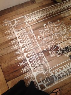 Rug painted on wood, maybe i can do this to cover those ugly spray-paint marks on the floors!!!