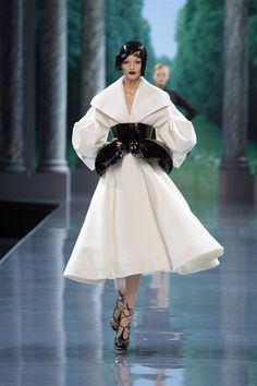 Christian Dior Haute Couture by John Galliano, Fall 2008 Christian Dior Couture, Dior Haute Couture, Style Couture, White Fashion, Love Fashion, Fashion Show, Vintage Fashion, Fashion Design, Vintage Dior