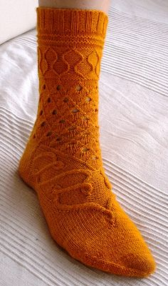 Ayartma socks by Stephanie van der Linden. Pattern for sale on Ravelry. Aren't they lovely? Crochet Socks, Knitted Slippers, Slipper Socks, Knitting Socks, Hand Knitting, Knitting Patterns, Knit Socks, Patterned Socks, My Socks