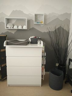 Graue Berge When I say that the baby room is mostly gray, I often get blank eyes. And for plain gray in gray, I'm very happy with the result. Baby Room Boy, Baby Bedroom, Baby Room Decor, Nursery Room, Photo Deco, Baby Zimmer, Ikea, Baby Kids, Kids Room