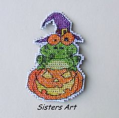 "Calamita ""HALLOWEEN"" ricamata a punto croce, by Sisters Art, in vendita su http://www.misshobby.com/it/negozi/sisters-art"