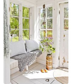 sunroom of my dreams. reminds me of meg& old porch. :) sunroom of my dreams. reminds me of megs old porch. Indoor Sunrooms, Coin Banquette, Estilo Country, Country Style, Porch Decorating, Decorating Ideas, Cottage Style, My Dream Home, Beautiful Homes