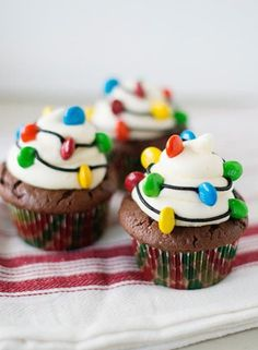 Christmas Light Cupcakes: Your Holiday meal should shine all the way through to dessert. Make these cute decor-inspired cupcakes and we promise you'll be feeling the Christmas spirit. (These lights are edible—mini M&Ms do the trick. Christmas Party Food, Christmas Sweets, Christmas Cooking, Noel Christmas, Christmas Goodies, Holiday Desserts, Holiday Baking, Holiday Treats, Christmas Lights